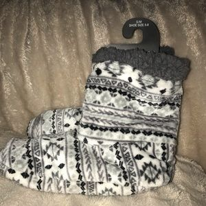 🌸Cuddl Dud Slippers Size S/M 5-8
